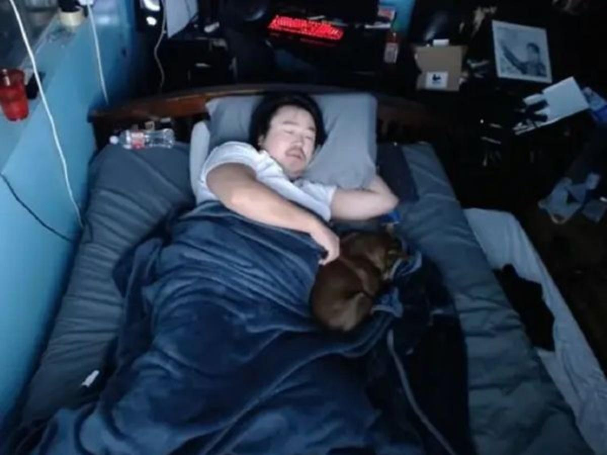 Guy earned $16,000 Letting people Disturb his Sleep On Twitch
