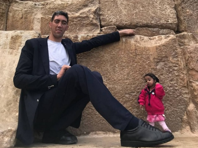 World's Tallest Man Meets The World's Shortest Woman For A Photoshoot