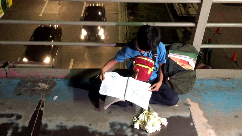 9-Year-Old Boy Helps Family By Selling Sampaguita Flowers While He Studies