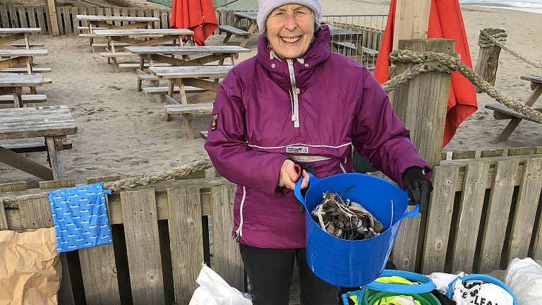 70-year-old grandma cleaned beaches to spread cleanliness
