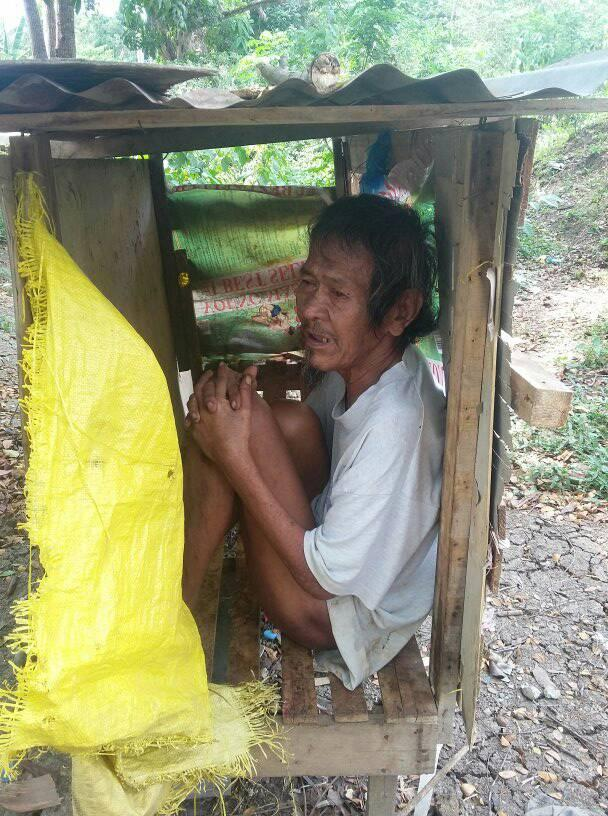 Viral Pictures Of Old Man Living In A Small Box Is Heartbreaking
