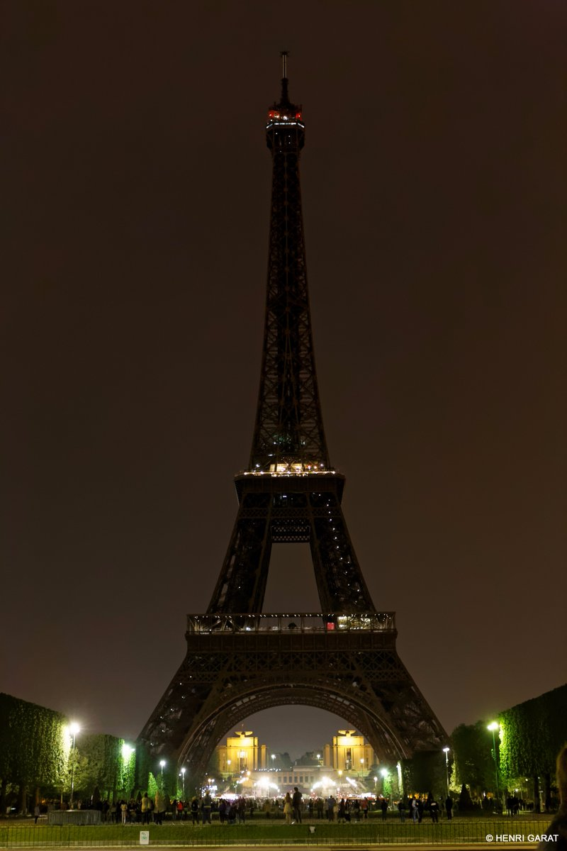 Eiffel Tower In Paris Pays Tribute To The Victims Of Sri Lanka Attack By Going Dark