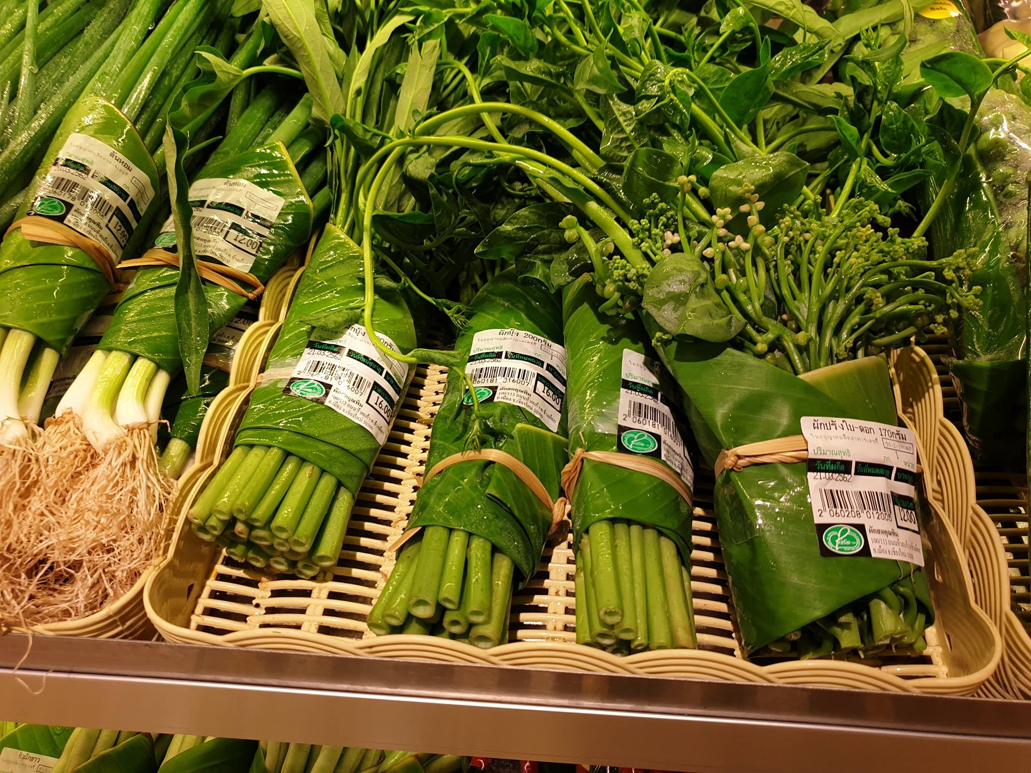asian supermarkets replacing plastic bags with banana leaves