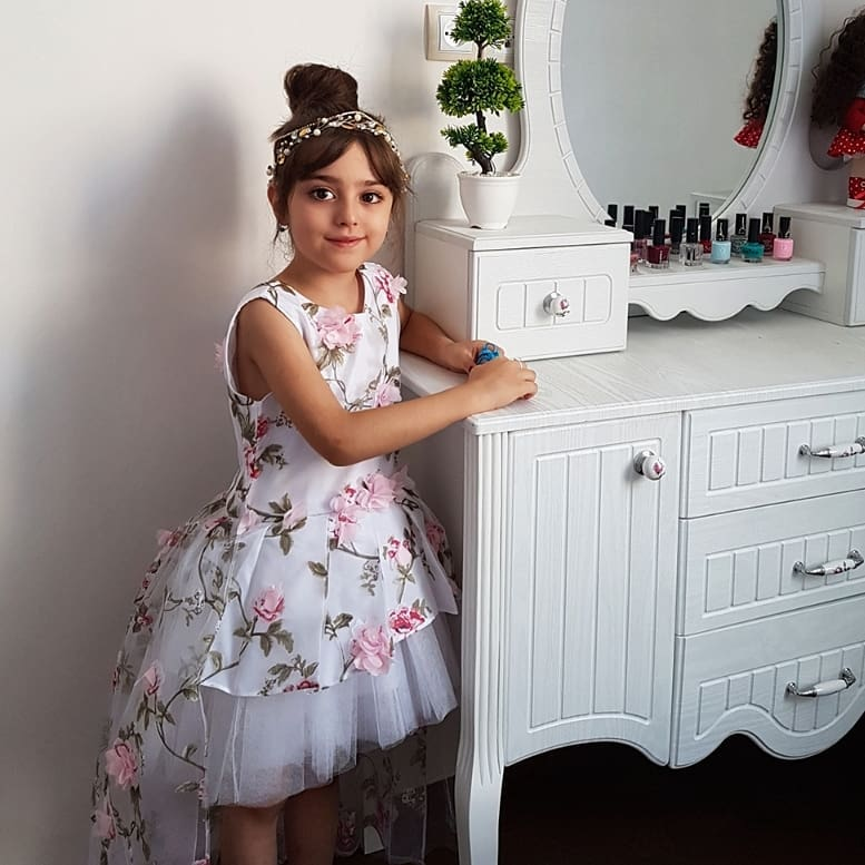 Meet Mahdis Mohammadi, The 7-Year-Old Iranian Girl Who Became An Internet Star For Her Exceptional Beauty