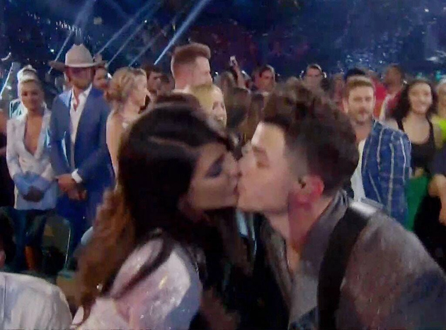 Nick Jonas Kissed Priyanka While Performing At Billboard Music Awards & Fans Cannot Stop Gushing