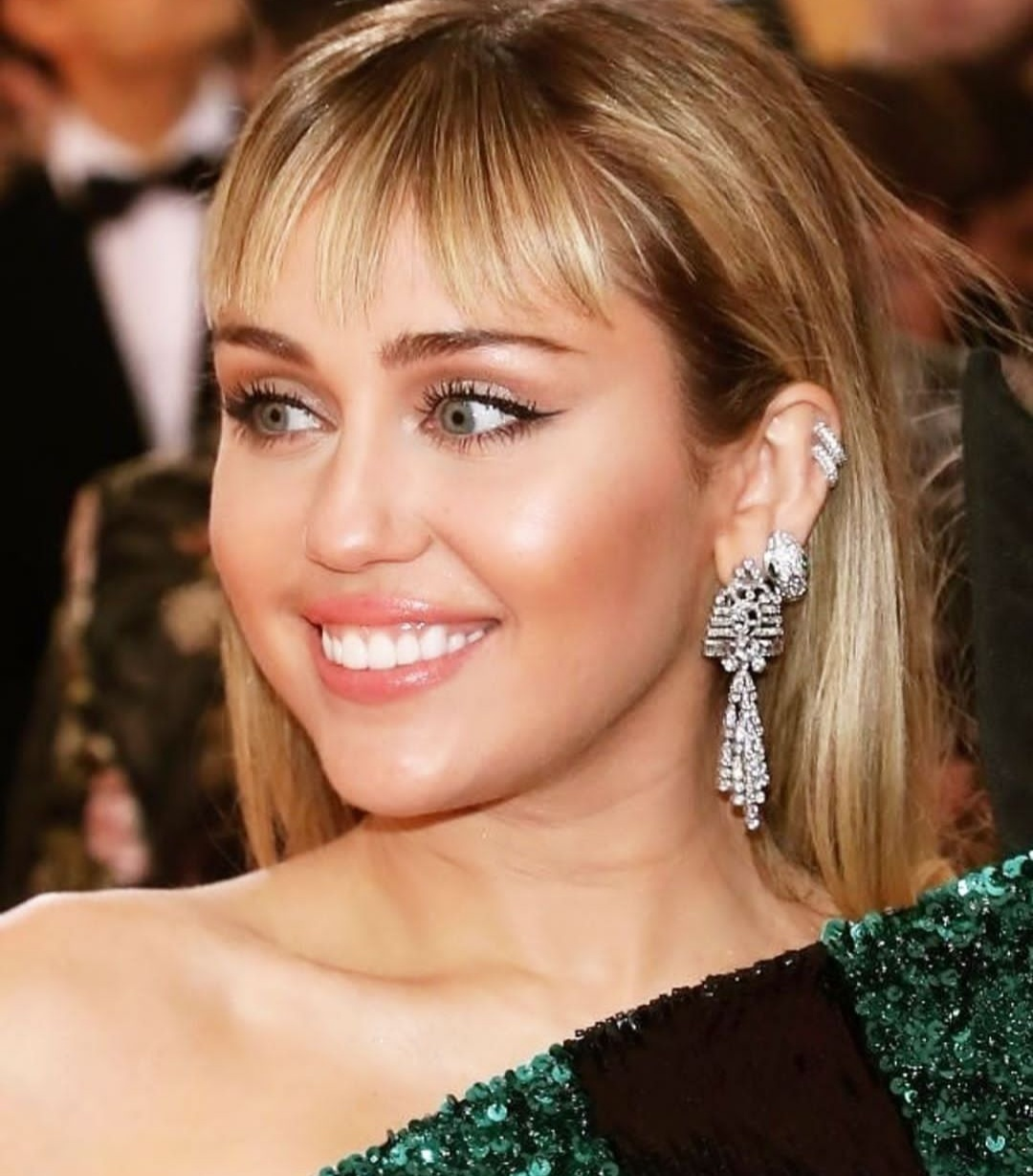 Video Of Miley Cyrus Where A Fan Forcibly Tries To Kiss Her Went Viral