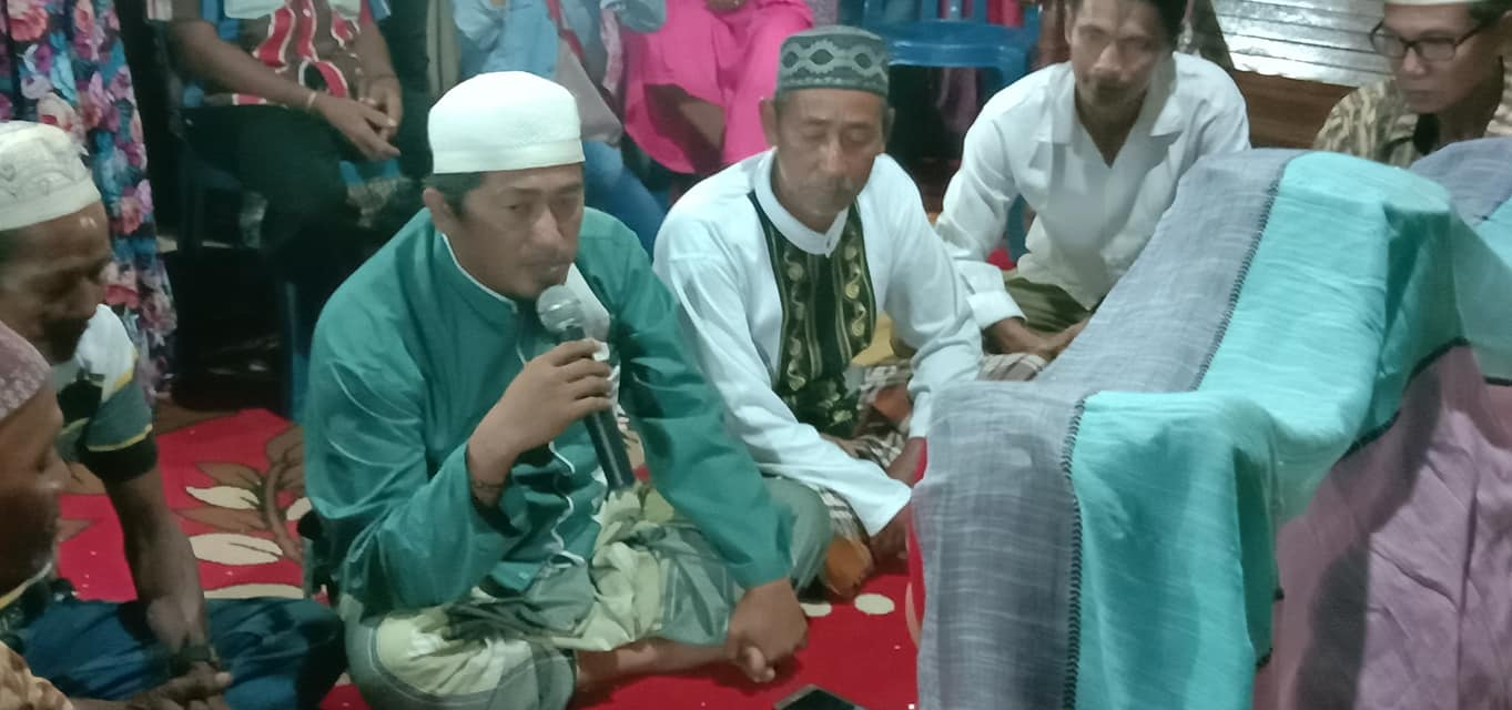 Indonesian Man Practices Polygamy Marries Two Of His Girlfriends At The Same Time So That No One Of Them Gets Hurt