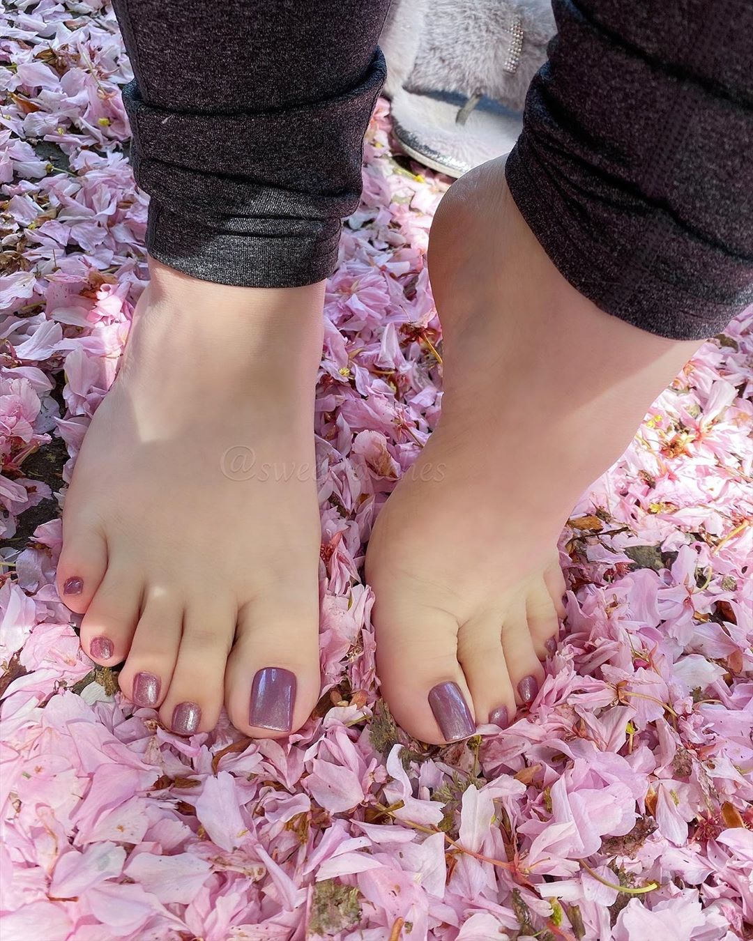 American Woman Earns $6,000 Per Month By Selling Pictures of Her Feet Online